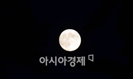 [포토]슈퍼문 나타난 서울 하늘