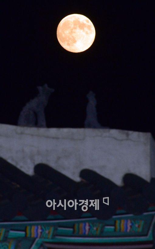 [포토]처마 위 슈퍼문