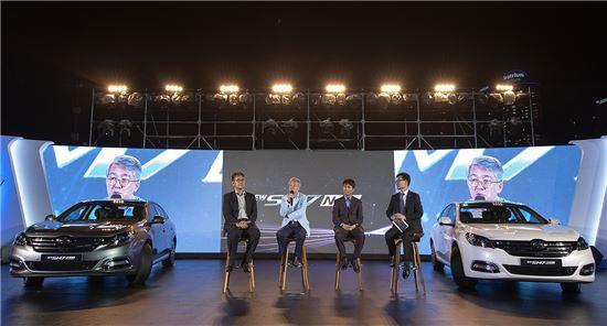 박동훈 르노삼성 영업본부장(왼쪽 두번째)과 회사 관계자들이 3일 부산에서 신차발표회를 하면서 질문에 답하고 있다.