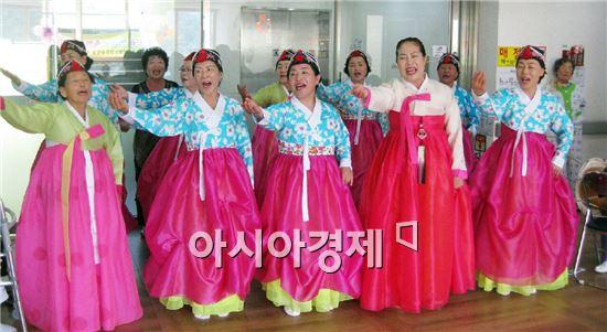 지난 4일 겸면요양병원 어르신들을 대상으로 국악공연 봉사활동을 실시했다.
