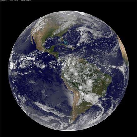 ▲푸르고 아름다운 지구에 기후변화의 위협적 물결이 드리우고 있다.[사진제공=NASA]
