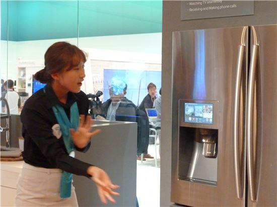 IFA 2014 삼성전자 스마트홈 부스에서 관계자가 냉장고로 전화를 받는 시연을 하고 있다.
