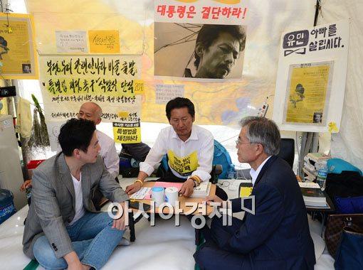 [포토]광화문 단식농성장에서 만난 정봉주-정청래-문재인