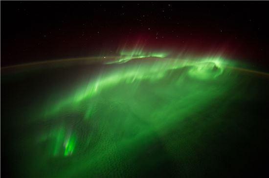 ▲ISS가 오로라 속을 비행하고 있다.[사진제공=NASA/ESA]