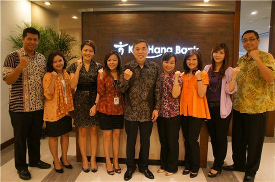 하나·외환은행 인도네시아 통합법인 KEB Hana Bank는 매달 마지막주 금요일 전 임직원이 전통의상 '바티크'를 입는 행사를 진행하고 있다. 이재학 은행장(가운데)이 지난달 29일 현지직원들과 바티크를 입고 기념사진을 촬영하고 있다.