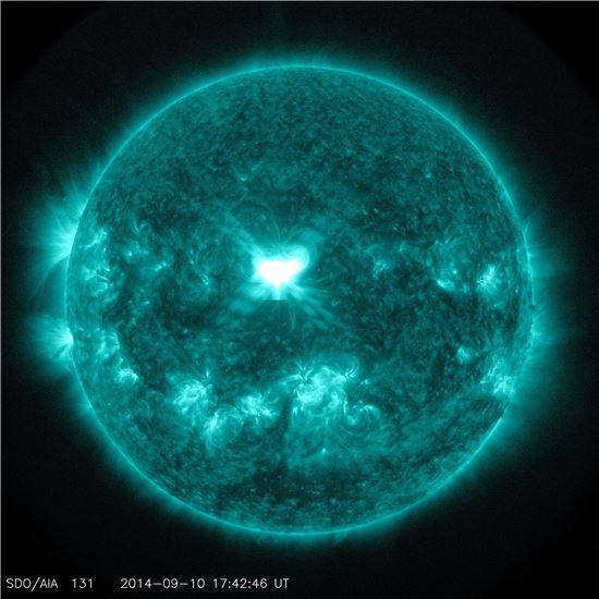 ▲태양이 10일 X등급의 플레어를 방출하고 있다.[사진제공=NASA]