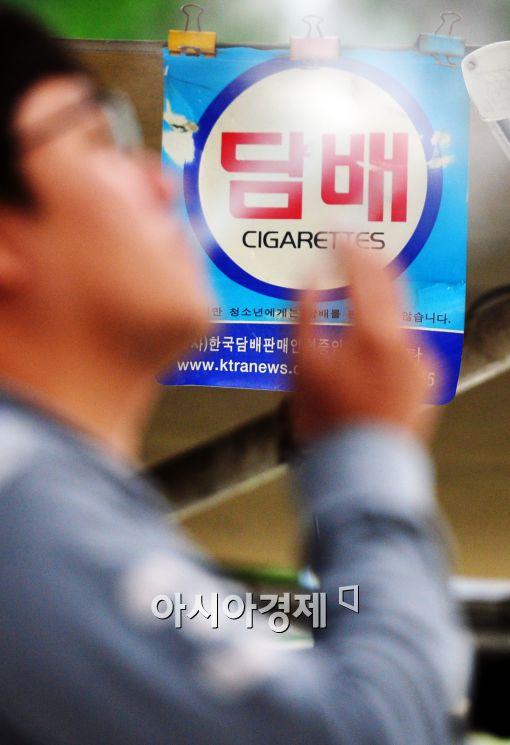 담배값 인상에 따른 사재기 급증에 논란이 일고 있다.