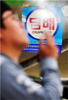 ▲한 시민이 담배를 피우고 있다.