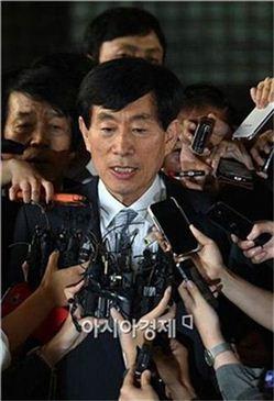 ▲ 지난 9월11일 원세훈 전 국정원장이 1심 선고 직후 입장을 표명하고 있다.