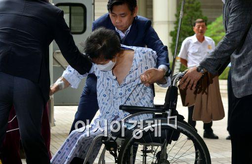 [포토]휠체어에 옮겨지는 이재현 회장