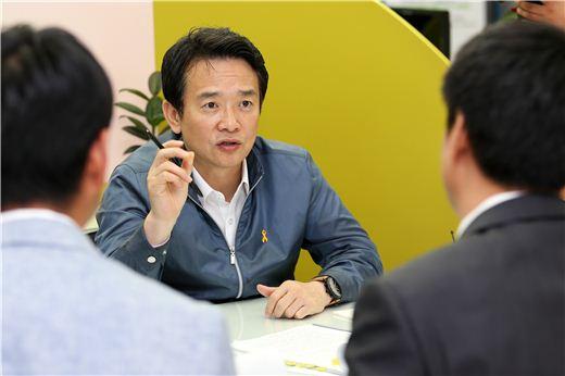 남경필 경기지사가 민원인과 상담하고 있다.