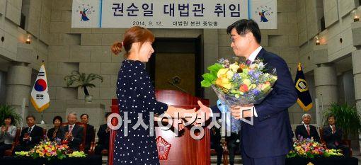 [포토]꽃다발 받는 권순일 대법관