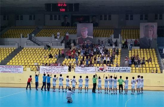 결승행을 확정지은 뒤 관중들에 인사하는 남자 청소년대표팀 선수들[사진 제공=대한핸드볼협회]
