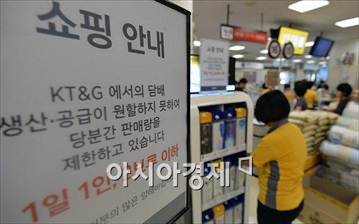 정부가 담뱃값 인상계획을 발표한 이후 담배사재기를 금지하자 한 마트에서 담배 판매량을 제한하는 표지판이 설치돼 있다.