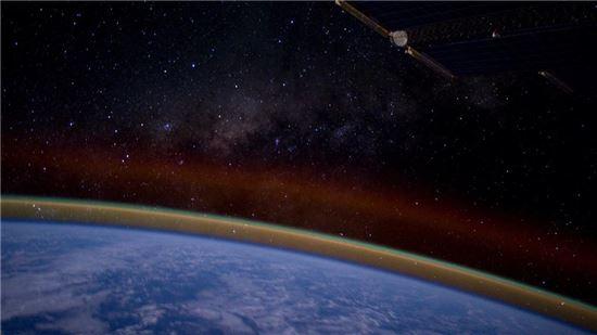▲지구 저 넘어 은하수가 펼쳐져 있다.[사진제공=리드 와이즈먼 트위터]