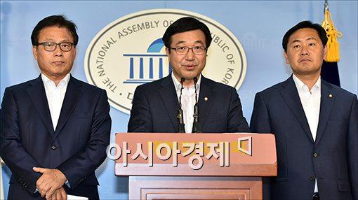 윤호중 더민주 정책위의장(가운데)