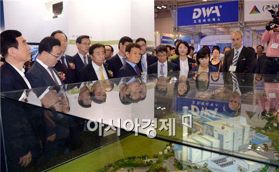 호남 유일의 기후·환경 분야 전문 전시회인 '2014국제기후·환경산업전'이 15일 김대중컨벤션센터에서 개막됐다. 이날 윤장현 광주시장, 김영선 전남행정부지사 등 참석자들이 전시장을 관람하고있다.