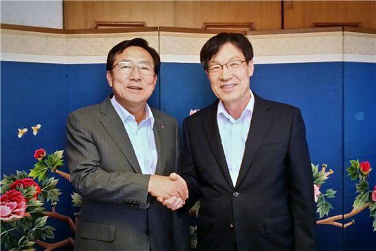 김기문 중기중앙회 회장(왼쪽)과 권오준 포스코 회장이 간담회 직후 악수를 나누고 있다.