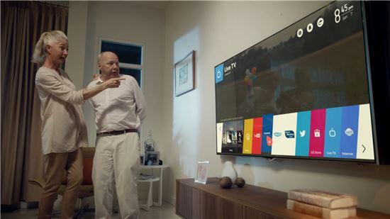 ▲LG전자가 '웹OS 탑재 스마트+TV'의 간편한 사용성을 강조한 바이럴 영상으로 '웹OS' 알리기에 나선다. 사진은 영상 캡쳐화면.