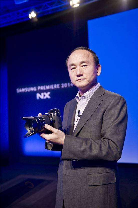 한명섭 삼성전자 이미징사업팀장(부사장)이 렌즈 교환형 미러리스 카메라 NX1을 소개하고 있다.