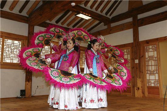 무계원에서 전통문화예술 공연이 펼쳐지는 모습