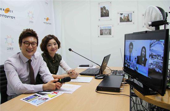 CJ오쇼핑 강한별(좌), 김성은 쇼호스트가 농산어촌 학생들을 대상으로 원격화상 쇼호스트 진로 멘토링을 하고 있다.