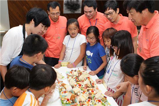 한국동서발전은 지난 8월 울산의 지역아동센터 학생 50명을 초청해 '요리조리 독서캠프' 행사를 열었다.