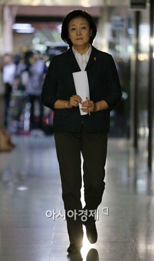 [포토]기자회견장으로 향하는 박영선 원내대표