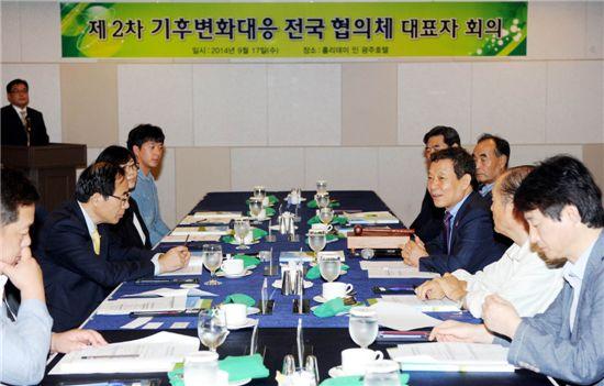 윤장현 광주광역시장은 17일 오후 광주홀리데이인호텔에서 열린 제2차 기후변화 대응  전국 협의체 대표자 회의에 참석해 회의를 주재했다.
