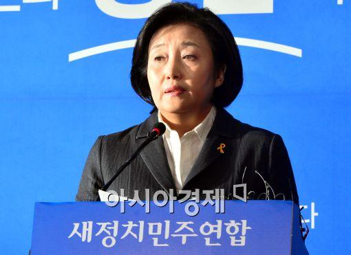 [포토]어두운 표정으로 기자회견하는 박영선 원내대표