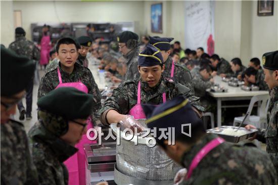 군에서는 올해는 격오지와 전방, 소규모 부대 취사장까지 민간조리원 채용을 확대해 급식의 맛도 대폭 개선된다.