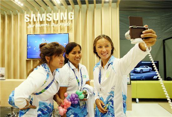 제 17회 인천아시안게임 선수촌 내에 삼성전자가 선수들을 위해 마련한 선수 휴게 공간(Samsung Athletes Meets)에 방문한 카자흐스탄 선수들이 삼성전자의 NX mini를 체험하고 있다.