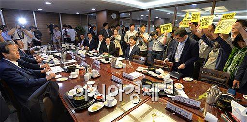 [포토]김무성 대표 앞에서 피켓든 농민단체
