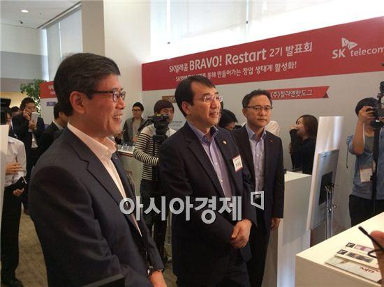 18일 이석준 미래창조과학부 차관(오른쪽)과 하성민 SK텔레콤 사장(왼쪽)이 서울 을지로 SKT타워에서 창업지원 프로그램인 '브라보! 리스타트' 2기 참가자들의 시제품 설명을 듣고 있다. 지난해 7월 시작된 프라보! 리스타트 프로그램은 맞춤형 창업 지원 프로젝트로, 실제 창업에 필요한 다양한 맞춤 지원을 통해 창업자의 아이디어 사업화를 지원한다.
