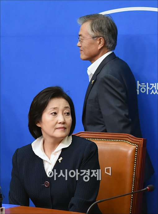 [포토]박영선 원내대표 지나치는 문재인 의원