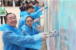 윤성태 파라다이스복지재단 이사장(왼쪽 첫번째)이 계원예술대학교에서 열린 제4회 아이소리축제에서 장애청소년과 함께 벽화 그리기 체험을 하고 있다.