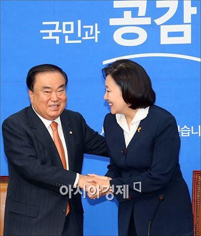 [포토]악수하는 문희상·박영선