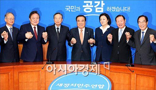 [포토]상임고문단과 손잡은 문희상 비대위원장