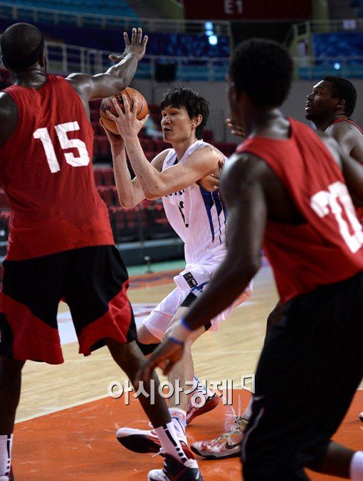 [포토]김주성,'수비가 너무 많네'