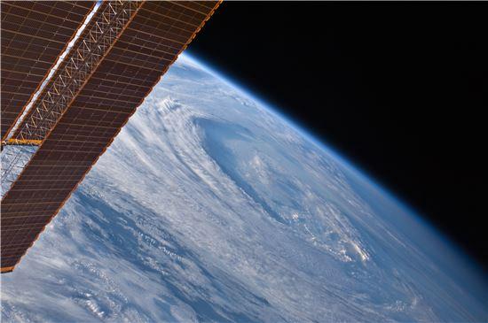 ▲국제우주정거장의 래피드스캣은 허리케인과 태풍에 대한 정확한 정보를 수집한다.[사진제공=NASA]