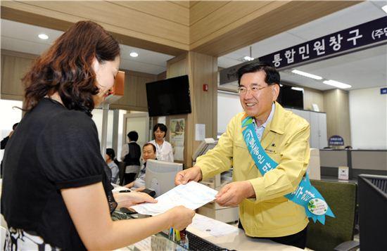 유덕열 동대문구청장이 주민들과 소통을 위해 '일일동장' 체험을 하고 있다.