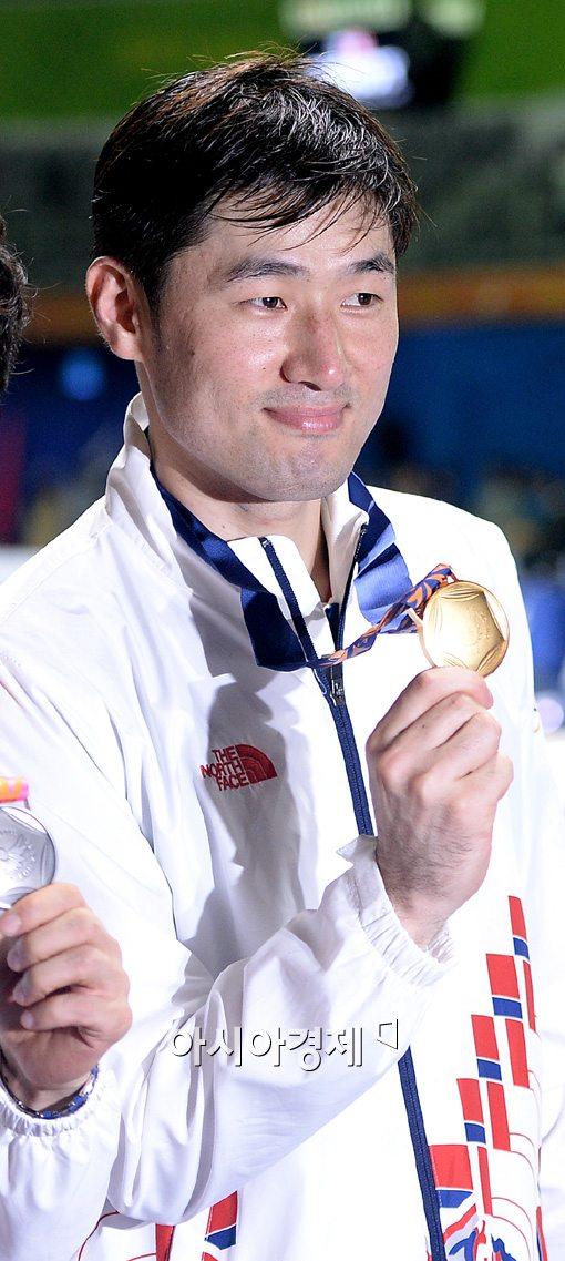 [포토]정진선,'제 금메달이 너무 빛나지요?'