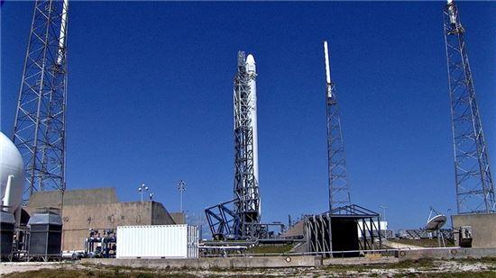 ▲스페이스X 우주선이 발사대에 서 있다.[사진제공= NASA]