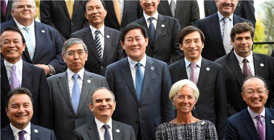최경환 부총리 겸 기획재정부 장관이 20일(호주시간) 호주 케언즈 힐튼호텔에서 'G20 재무장관·중앙은행총재회의'에 참석해 이주열 한은 총재와 각국 참석자들과 함께 기념 사진 촬영을 하고 있다.