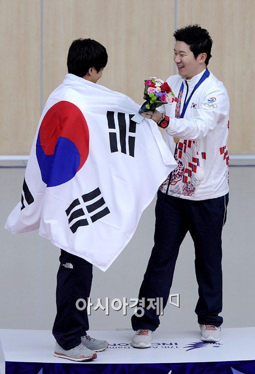 진종오(오른쪽)가 인천 아시안게임 2관왕에 오른 김청용에게 축하 인사를 건네고 있다. [사진=김현민 기자]