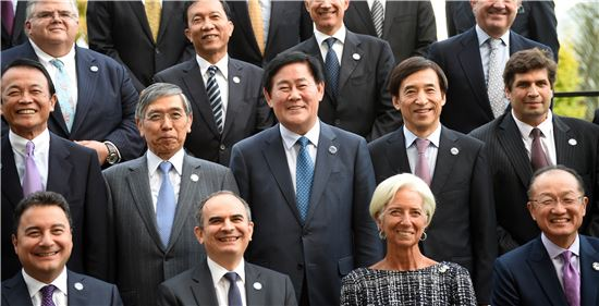 ▲최경환 부총리와 이주열 한은 총재가 호주 케언즈에서 열린 G20 재무장관·중앙은행총재 회의에서 나란히 서 기념사진 촬영을 하고 있다.
