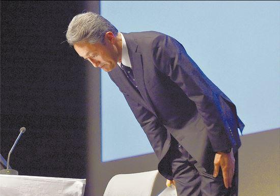 ▲히라이 가즈오 소니 대표가 기자회견에서 실적 부진에 대해 고개 숙여 사과하고 있다.