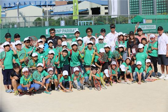 BNP파리바 아마추어 오픈 행사의 일환으로 실시된 무료 어린이 테니스 교실에 참가한 강사들과 어린이들이 기념촬영을 하고 있다.