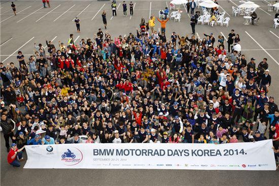 BMW 모토라드 데이즈 2014 참석자들이 기념촬영을 하는 모습.