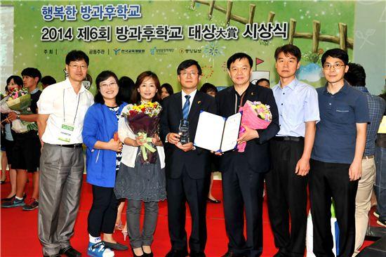 김성환 노원구청장이 시상식에서 상장과 상패를 받고 즐거워하고 있다.
